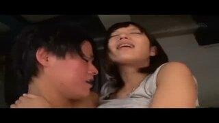【エロ動画】スレンダーでHなショートパンツの美少女、湊莉久の手マン立ちバック放尿プレイエロ動画!