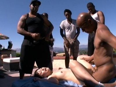【黒人】ロリの女性の、輪姦乱交無料エロ動画。