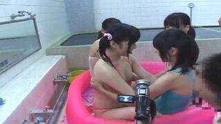 【おっぱい】銭湯にて、スケベな美乳でロリの女性の、フェラ近親相姦乱交無料エロ動画。
