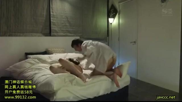 スレンダーな巨乳で美乳の痴女人妻、吉沢明歩のバキュームフェラバッククンニ無料H動画!【他人棒、不倫動画】