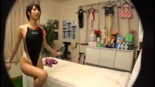 【エロ動画】卑猥美人でHな競泳水着姿のお姉さん女子大生、湊莉久のマッサージ覗き寝バックプレイがエロい!
