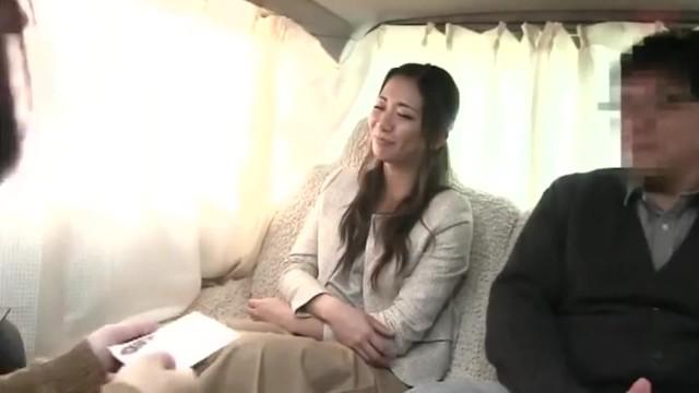 【乳首】スレンダーな巨乳の素人人妻の、不倫寝取られ無料動画。【素人、人妻動画】