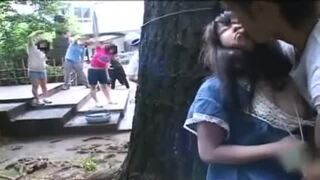 野外にて、ロリでパイパンの美少女の、レイプイタズラ露出無料エロ動画!【中出し動画】