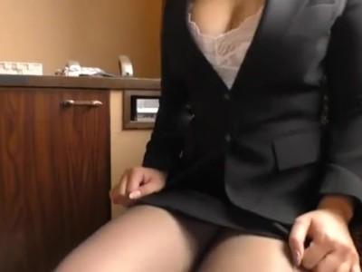 巨乳でランジェリー姿のOLの、パイズリフェラ無料H動画!【OL動画】