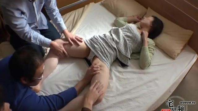 自宅にて、スレンダーな人妻の、寝取られ無料エロ動画!【人妻動画】