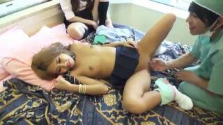 【エロ動画】ビッチスレンダーでエロいロリの女子校生JKの、ハーレムクンニプレイエロ動画!