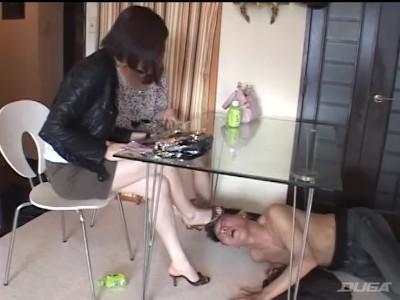 美脚でミニスカの美女お姉さんの、凌辱奴隷足舐め無料エロ動画!【美女、お姉さん動画】