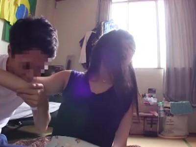 美乳でメガネの美少女素人の、口内射精手コキパンチラ無料エロ動画。【着エロ、フェラ動画】