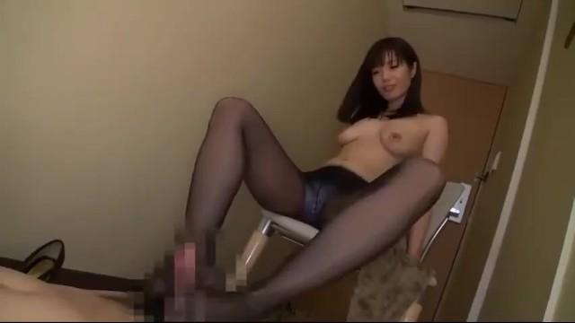 巨乳でストッキングの痴女の、手コキ無料H動画!【痴女動画】