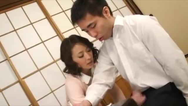 美乳の人妻熟女、矢部寿恵の近親相姦着エロバック無料H動画。【手コキ、中出し動画】