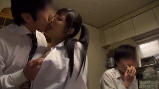 ロリの女子校生美少女、栄川乃亜の性欲処理3Pフェラ無料動画。【近親相姦動画】