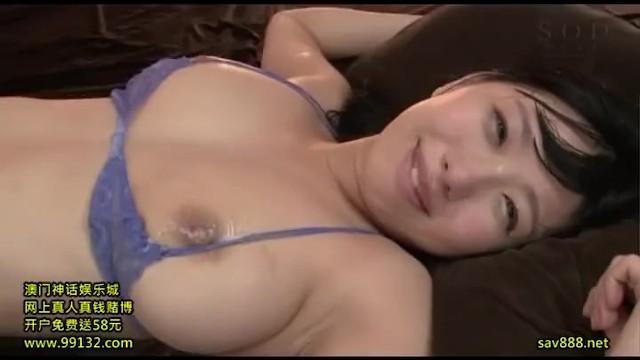 【乳首】スレンダーな巨乳で美乳でスタイル抜群の美少女、桐谷まつりの3Pセックスフェラ無料H動画!【桐谷まつり動画】