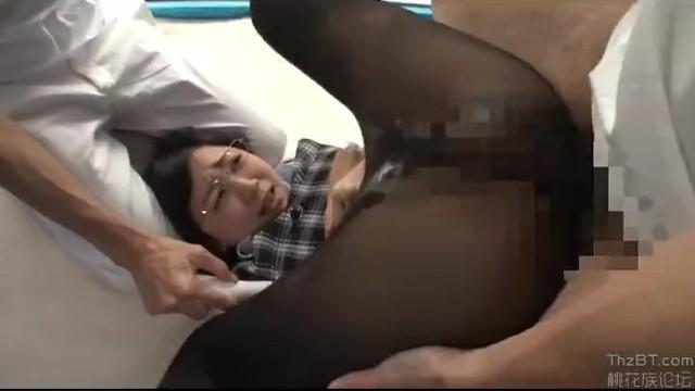 マジックミラー号にて、美脚でパンスト姿のOL素人の、電マ素股セックス無料H動画!【OL、素人動画】