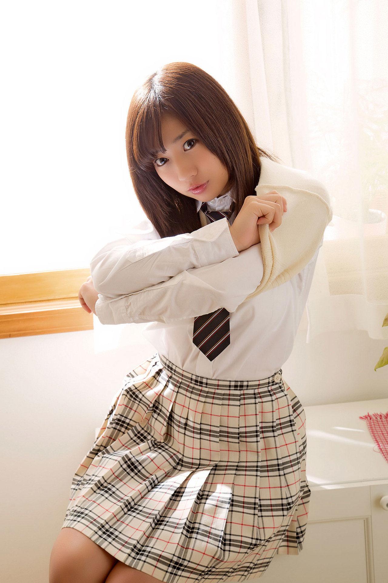 Onuki Ayaka Onuki takes off her school uniform and wears a white bikini005