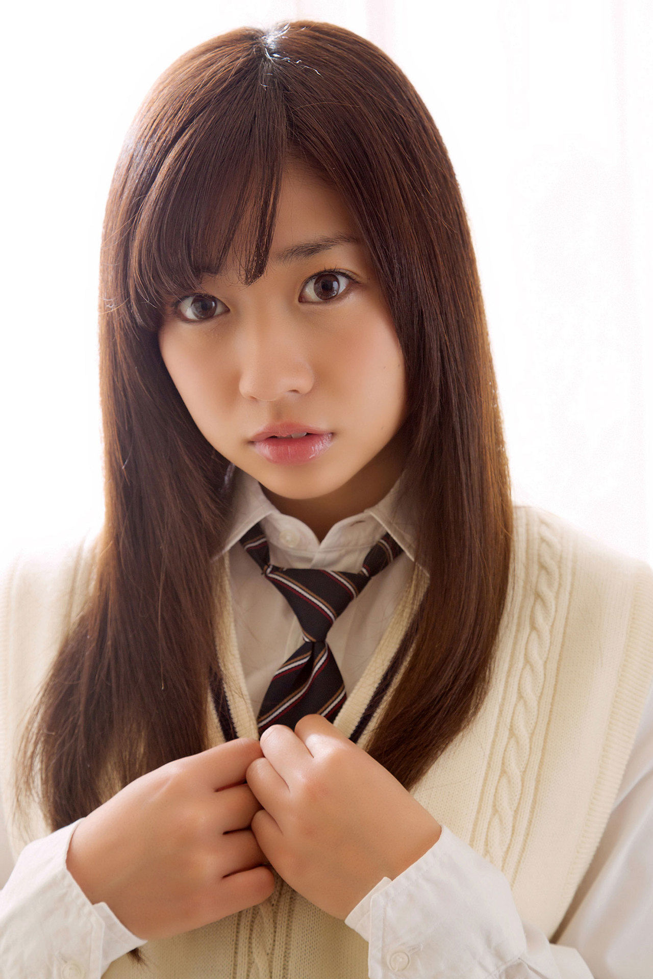 Onuki Ayaka Onuki takes off her school uniform and wears a white bikini002