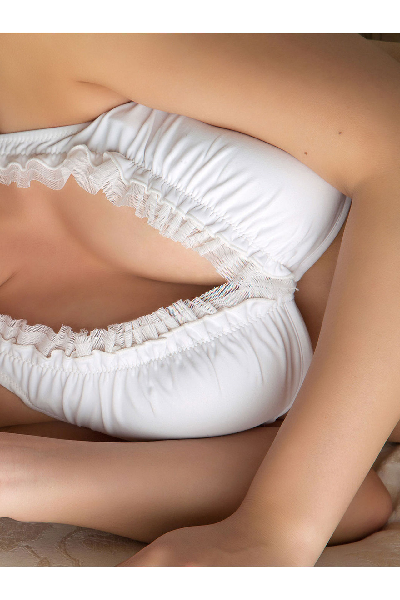 Onuki Ayaka Onuki takes off her school uniform and wears a white bikini035