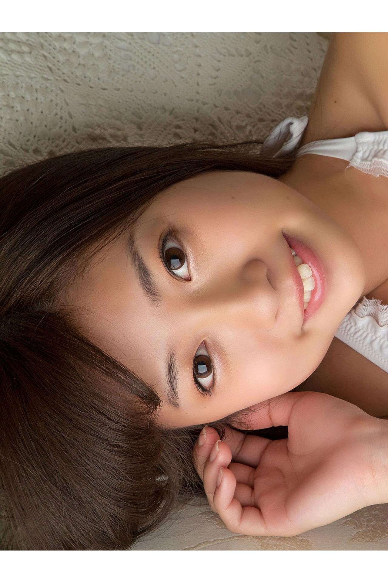 Onuki Ayaka Onuki takes off her school uniform and wears a white bikini036