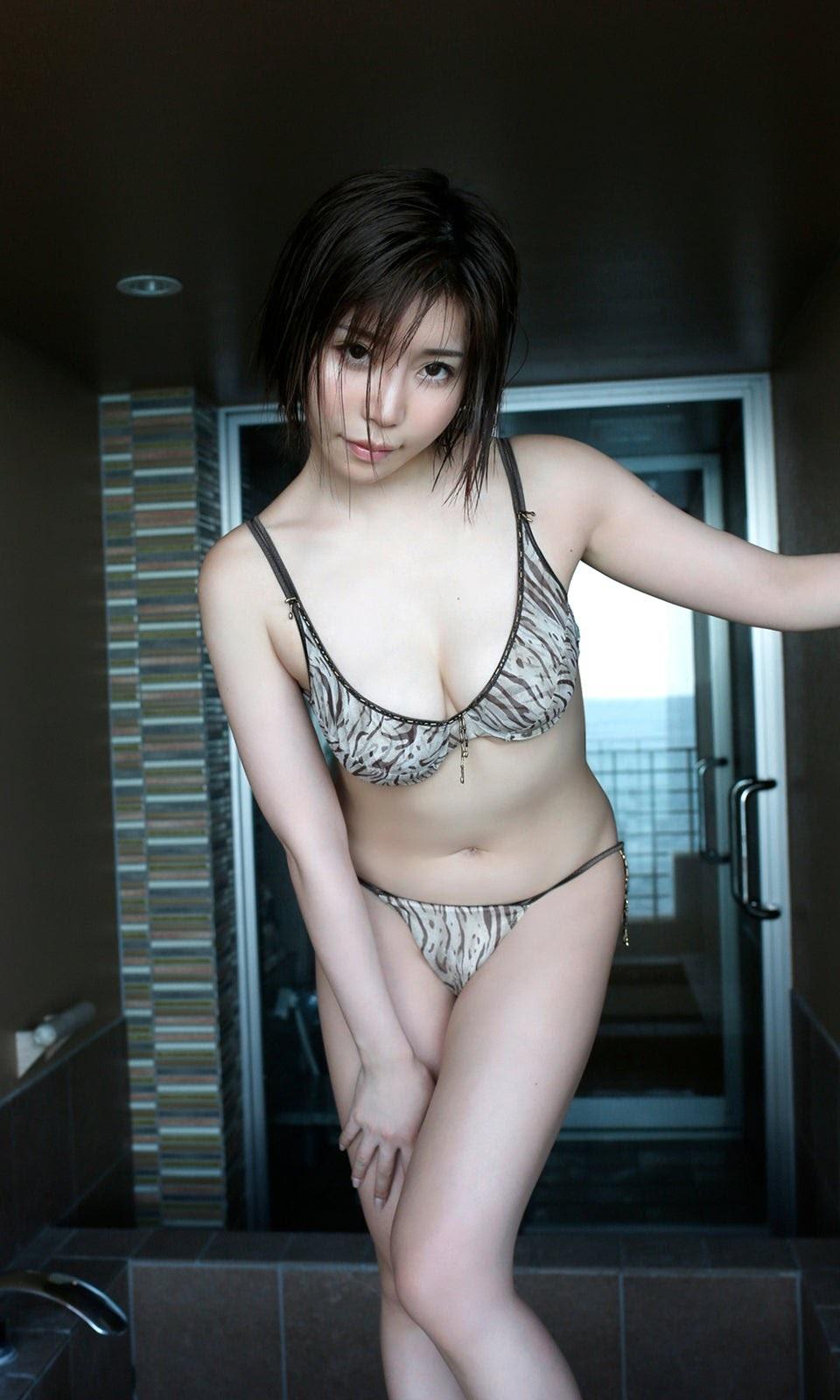 She is popular as a gramador and also an office workerShe has two faces in her amorous bikini gravureYui Furukawa 2020005