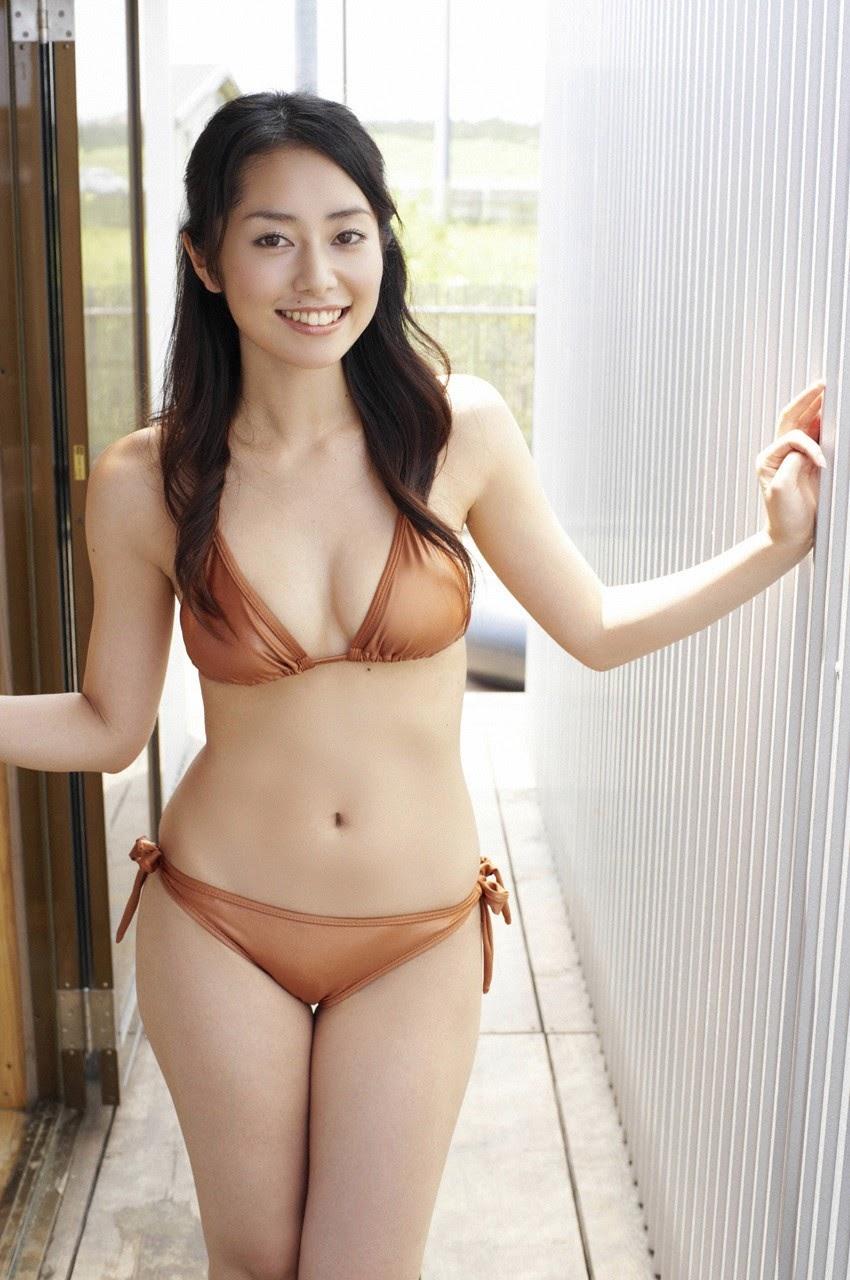 Tanimomo decorates his hometown with a bikini025