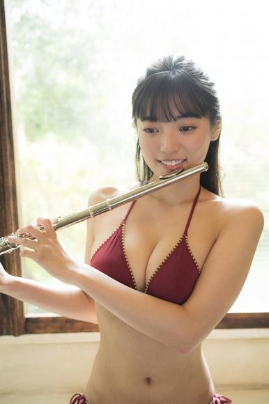 Aine Sakurada plays flute in swimsuit 2020002