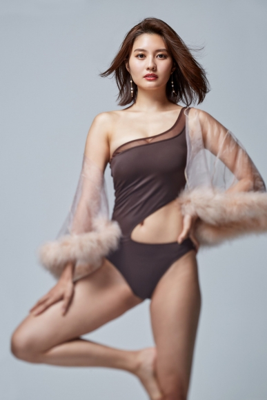 Yume Hayashi challenges one leg pose with a beautiful body shining in a SEXY swimsuit001