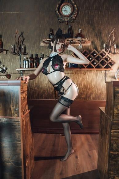 Bar maid001