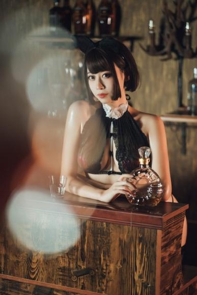 Bar maid011