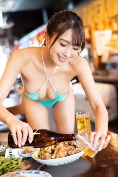 Tomomi Morisaki drinks in a swimsuit002