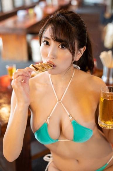 Tomomi Morisaki drinks in a swimsuit003