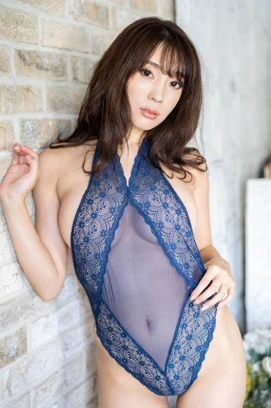 Tomomi Morisaki drinks in a swimsuit007