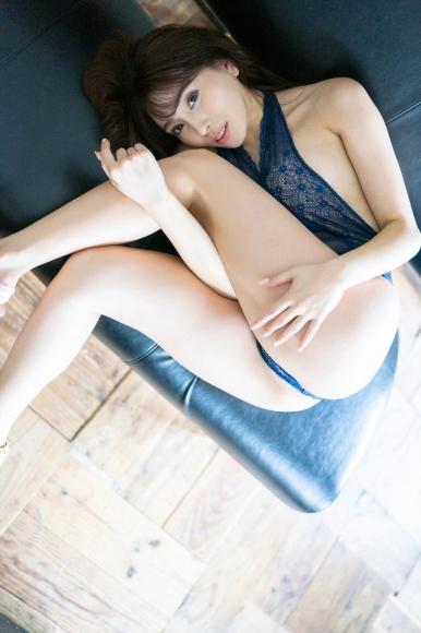 Tomomi Morisaki drinks in a swimsuit009