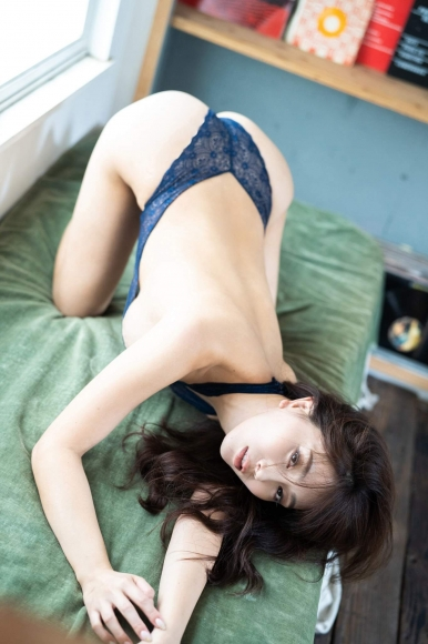 Tomomi Morisaki drinks in a swimsuit010