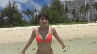Ikuomi Hisamatsu s sun kissed body continues to lead the way in gravure046