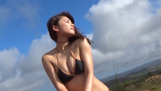Ikuomi Hisamatsu s sun kissed body continues to lead the way in gravure078