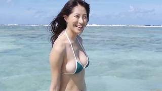 Yuka Someya swimsuit gravure Beach green bikini running fast070