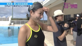 Ai Aoki shows off her swimsuit in a swimming competition005