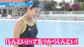 Ai Aoki shows off her swimsuit in a swimming competition017