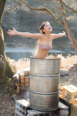 Rio Teramoto swimsuit gravure Hot spring bath in a drum can Bath 2021 p009