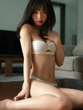 Kana Atsumi shows off her rare swimsuit005