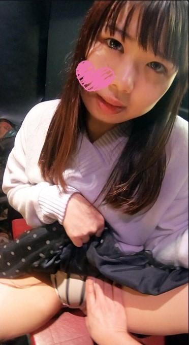 図書館職員・蜜香ちゃん(21歳) 見た目清楚な真性おちんぽ中毒娘と散歩♪本屋でゲーセンでプリクラで…どこでもおまんこ見せ&おちんぽ舐め吸い味わいフェラ☆