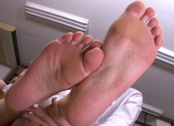足裏美人な女の子たちが自ら足舐めやエア足コキを見せてくれるの脚フェチDVD画像4