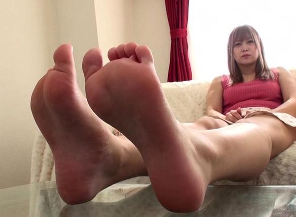 美しいプニプニ足裏を嗅いで舐めて足コキさせる足フェチ動画の脚フェチDVD画像1