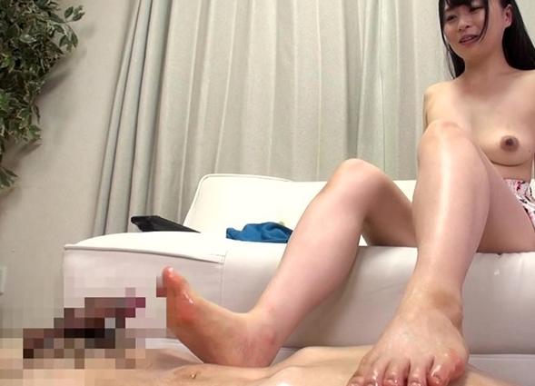 柔らかいプニプニ足裏を足フェチたちに足コキをさせられ汚されるの脚フェチDVD画像6