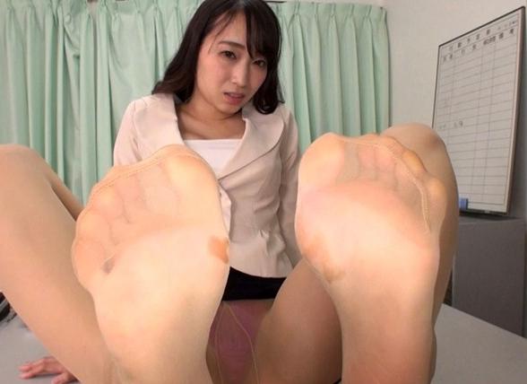 バレたらヤバい状況で痴女OLにパンスト足コキされ大量足射の脚フェチDVD画像3