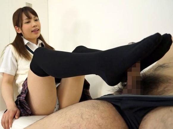 美少女たちのニーハイソックスやハイソックスの足コキで連続足射の脚フェチDVD画像4