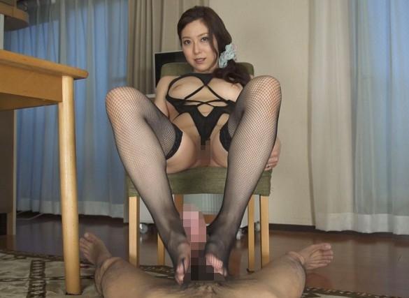 いやらしい淫語ママに網タイツ足コキで責められ濃厚SEXでイクの脚フェチDVD画像4
