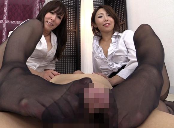 いやらしい熟女たちがパンスト足コキやハーレム責めで痴女ヌキの脚フェチDVD画像4