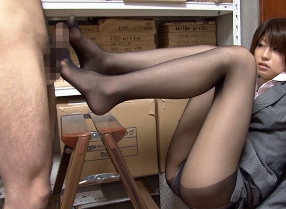 OLにべろちゅ~してもらいながら足コキで射精の脚フェチDVD画像3