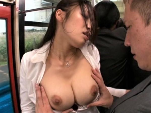 【小早川怜子】満員バスで自分からタイトスカートの尻を触らせ巨乳露出。引きずり出したチンポをフェラして生ハメする変態OL。