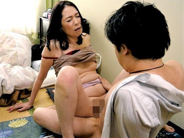 【新垣百合子】寝ている夫の横で義理の息子をフェラチオしてSEXで絶頂する五十路妻